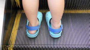 サンダルを履いた子供の足
