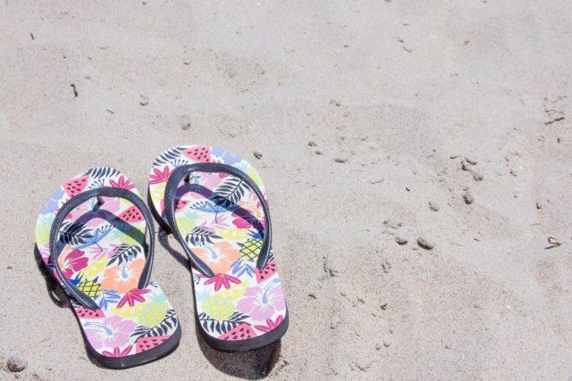 砂浜にあるサンダル